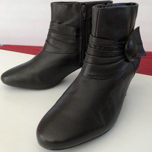 STRICTLY COMFORT brown booties / ankle boots